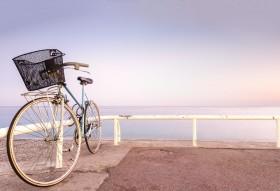 велосипед на берегу
